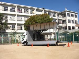 校庭にトラック展示